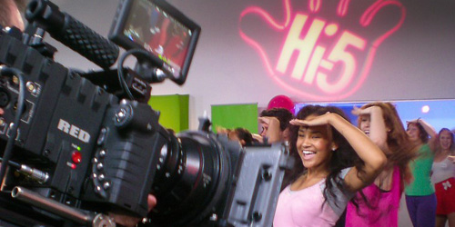 On set with Hi5